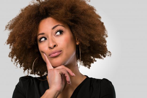 Femme pensante cheveux afro